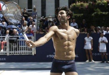 El modelo Akin Akman con boxer azul de Tommy Hilfiger
